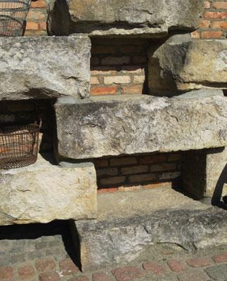 Jurakalksteine, hier: verbaut, Preis pro Tonne ca. EUR 380,-