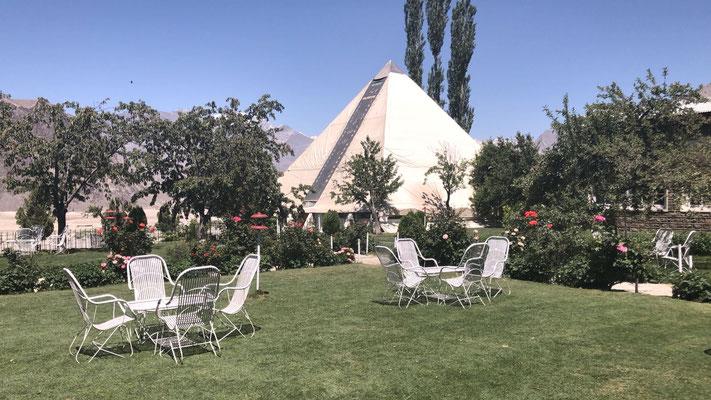 Im Hotelgarten in Islamabad. Bei 41 Grad hat man keine Lust auf Garten...