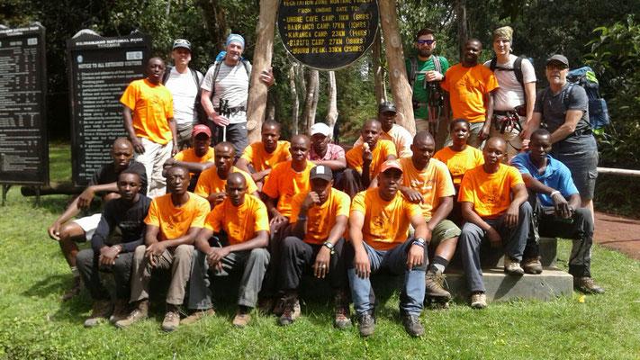 Das gesamte Team am Umbwe Gate 1.640 m