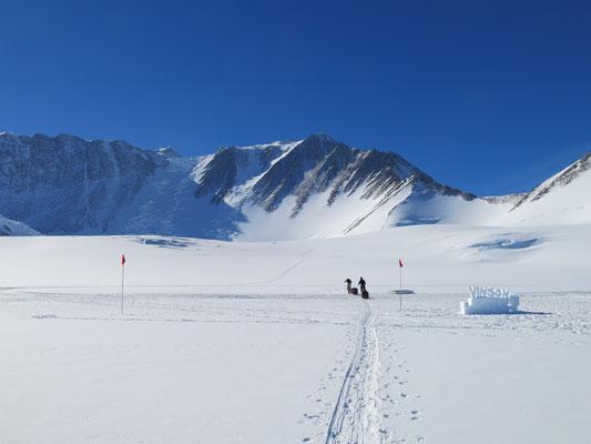 Mt. Vinson in der Antarktis - mit den Schlitten geht es los
