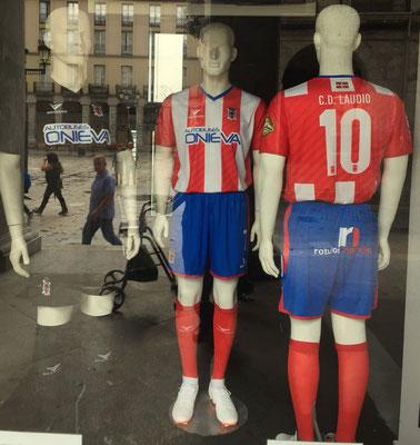Los uniformes permanecen expuestos en el local de Muebles Gorostidi situado en la Herriko Plaza