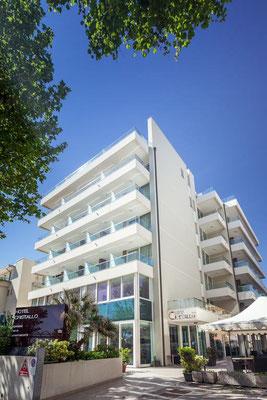 Hotel Cristallo - Nur 1 Gehminute vom Strand entfernt, in Riminis Stadtteil Marina Centro - sichere Tiefgarage, sehr gutes Frühstück und toller Service.