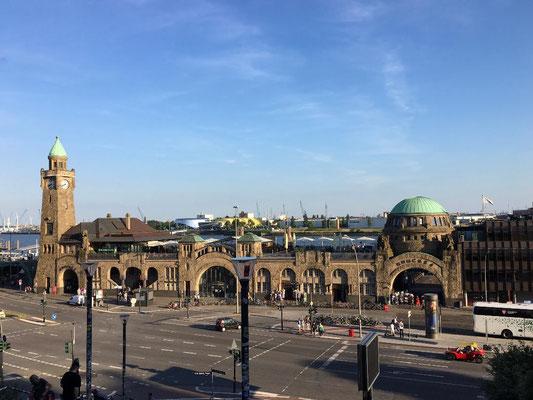 Blick auf die Landungsbrücken vom Hotel Hafen Hamburg