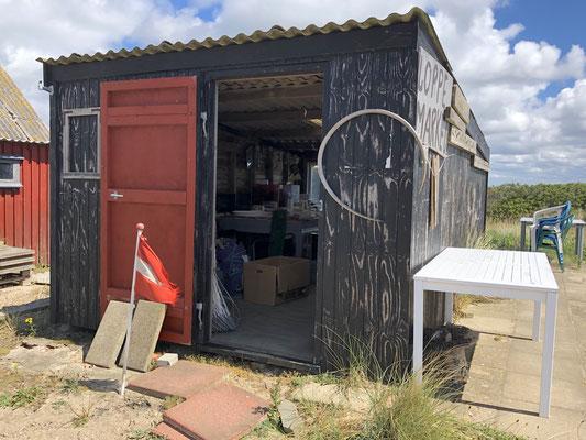 Kleiner privater Loppemarked in Hvide Sande - bestehend aus nur einer kleinen Holzhütte. Und sollte man tatsächlich etwas kaufen wollen,  einfach Geld in den aufgestellten Briefkasten werfen.