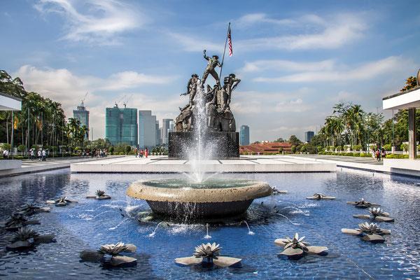 Nationaldenkmal (National Monument) - Auf einem rechteckigen Sockel stehen sieben Bronzefiguren, die jeweils eine von sieben Eigenschaften symbolisieren: Tapferkeit, Führungskraft, Opferbereitschaft, Stärke, Leidensfähigkeit, Eintracht und Wachsamkeit.