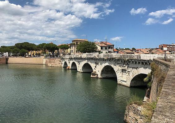 Ponte di Tiberio - gut erhaltene römische Steinbrücke.  Sie wurde von Kaiser Augustus begonnen und etwa 20 n. Chr. von Kaiser Tiberius vollendet.