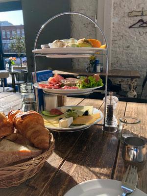 Kapitänsfrühstück  im Café Schmidt Elbe - Frühstück, Torten und Gebäck aus eigener Konditorei - Lokal mit weiß getäfelten Wänden und stylishen Möbeln.