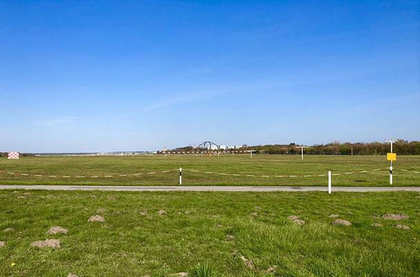 Der abwechslungsreiche Wanderweg rund um das Hamburger Flughafengelände führt nicht nur am Flughafenzaun entlang, sondern begleitet streckenweise auch die Tarpenbek. Sitzbänke zum Verweilen vorhanden.