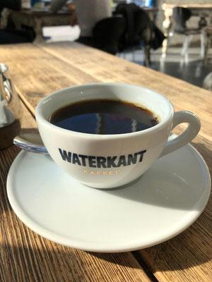 """Direkt an der Elbe gelegen und umgeben von Fischrestaurants und Feinschmeckermärkten verbindet das Café Tradition und Moderne, Backkunst und Kaffeekultur (mit der hauseigenen Kaffeemarke """"Waterkant"""")."""