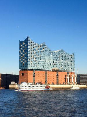"""Elbphilharmonie  - auch """"Elphi"""" genannt -  ist das im November 2016 fertiggestelltes Konzerthaus in Hamburg. Sie wurde mit dem Ziel geplant, ein neues Wahrzeichen der Stadt und ein """"Kulturdenkmal für alle"""" zu schaffen."""