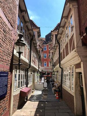 Hier stehen denkmalgeschützte Fachwerkhäuser, die anschaulich zeigen, wie in Hamburg des 17. Jahrhunderts gelebt wurde.  Hier waren die Witwen der Zunftmitglieder der Einzelhändler (Krämer) untergebracht.