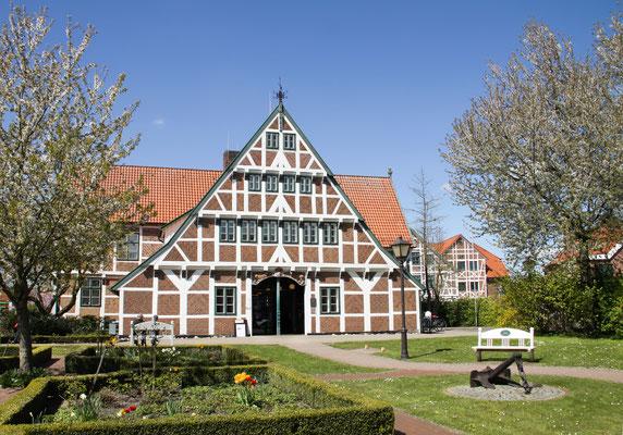 """Rathaus in Jork - Gemeinde südwestlich von Hamburg an der Elbe gelegen und wird auch das """"Herz des Alten Landes """" genannt, liegt inmitten von Obstplantagen, dem größten zusammenhängenden Obstanbaugebiet Deutschlands"""