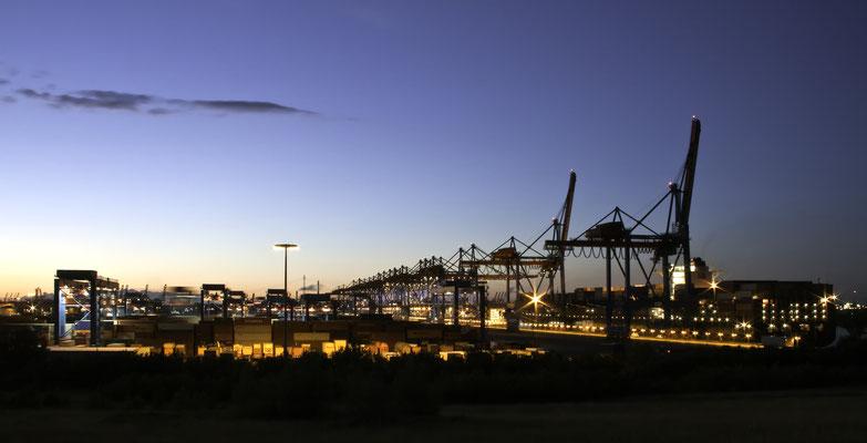 Container Terminal Altenwerder - ist ein beeindruckendes Beispiel für vollautomatisierte computergesteuerte Logistik. Riesige Ent- und Beladestationen sorgen hier für eine reibungslose Abwicklung.