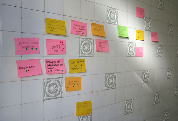 Post-its im Treppenhaus