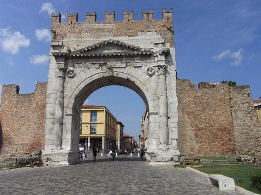 Eingang zur Altstadt. Der Augustusbogen in Rimini ist ein eintoriger Ehrenbogen, der im Jahr 27 v. Chr. zu Ehren von Augustus errichtet wurde. Er ist einer der ältesten erhaltenen römischen Ehrenbögen.