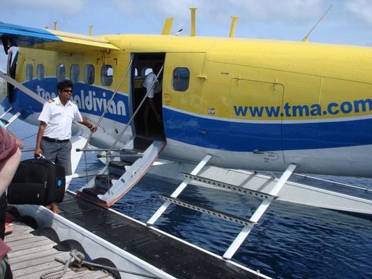 Gepäckverladung und Weiterflug zur gebuchten Insel