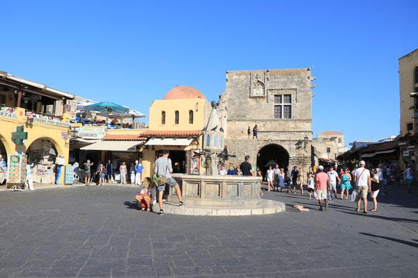 Mitten in der Altstadt von Rhodos, eingerahmt von der Stadtmauer befindet sich der Hippokrates-Platz, hier kommt man bei einem Altstadtbummel unweigerlich vorbei. Mittig befindet sich der sogenannte Eulenbrunnen.