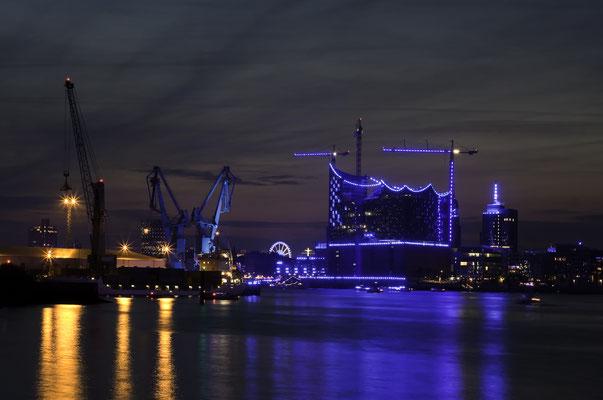 Blue Port Hamburg - ein Lichtkunst-Projekt, das den Hamburger Hafen in mystisches Licht hellt und alle zwei Jahre zu den Cruise Days stattfindet.
