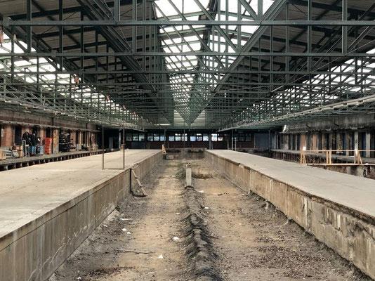 Alte Schilder, marode Fenster und stillgelegte Bahngleise, auf denen schon einiges an Unkraut wuchert: Auf den 67.000 Quadratmetern des Oberhafen-Quartiers erinnert vieles noch an die Vergangenheit des ehemaligen Güterbahnhofs am Hafenbecken.