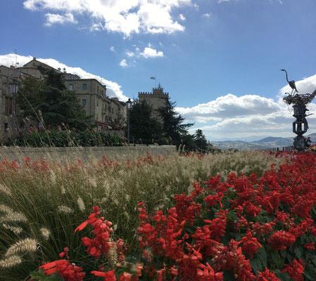 San Marino - die älteste Republik der Welt - Die historische Altstadt von San Marino ist seit 2008 Weltkulturerbe der UNESCO und spektakulär auf dem Monte Titano (756 m) gelegen.