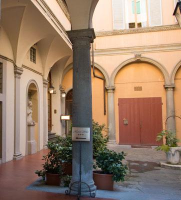 Hotel Silla - liegt am linken Ufer des Arno-Flusses und nur wenige Gehminuten vom historischen Zentrum entfernt Garage sowie Parkplätze vorhanden. Sehr gutes Frühstück, netter Service. Sehr gute Restaurants in unmittelbarer Nähe.