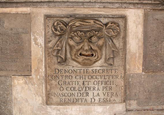 """Bocca di Leone (Löwenmaul) im Dogenpalast - waren in der alten Republik Venedig """"Beschwerdebriefkästen"""", die der Aufnahme von schriftlichen Anzeigen und Beschwerden an die Staatsorgane dienten."""