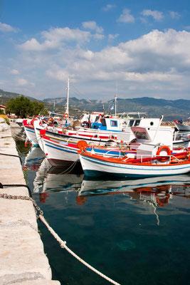 Hafen im Fischerdorf Ormos