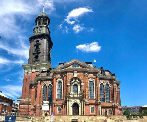Die evangelische Hauptkirche Sankt Michaelis ist der bekannteste Kirchenbau von Hamburg und gilt als bedeutendste Barockkirche Norddeutschlands. Der weithin sichtbare Sakralbau stellt seit langem das Wahrzeichen der Hansestadt dar.