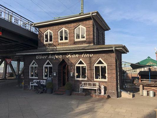 Die Oberhafen-Kantine ist wohl das schrägste Restaurant Hamburgs. Das kleine Backsteinhäuschen hat durch zahlreiche Sturmfluten Schieflage. Erster Pächter hier war Starkoch Tim Mälzer, dessen Mutter Christa die Küche übernahm.