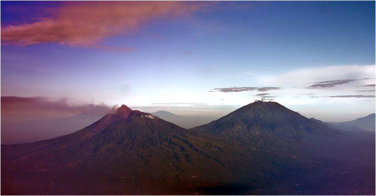 Flug von Denpasar (Bali) nach Yogyakarta auf der Insel Java - klare Sicht auf die Vulkane