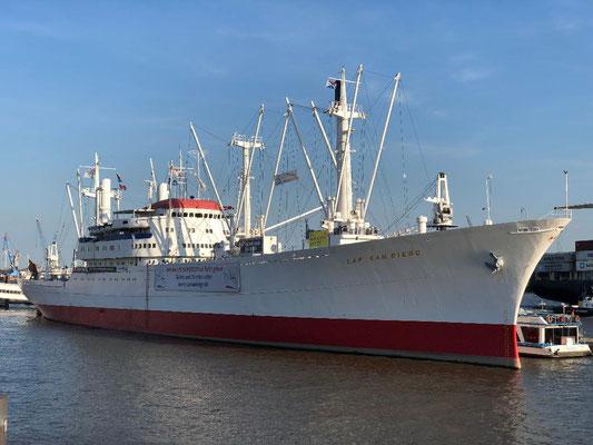 Die Cap San Diego ist ein ausrangierter Stückgutfrachter und liegt als Museumsschiff an der Überseebrücke im Hamburger Hafen. Der Weiße Schwan, wie das Schiff aufgrund seiner schneeweißen Bordwand genannt wird, ist eines der Wahrzeichen an den Landungsbrü