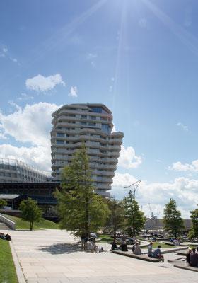 Marco Polo Tower in der Hafen City - Er bildet gemeinsam mit dem benachbarten Unilever-Haus ein auffälliges Gebäudeensemble an der Norderelbe.