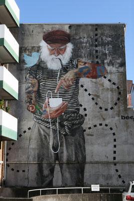 """""""Fischersnetz"""" - Seemann  mit Rauschebart, Pfeiffe und iPhone - Ein Motiv, das sich im Schanzenviertel wunderbar ins Stadtbild einbringt. Von der Berliner Graffiti-Crew """"Innerfields"""""""