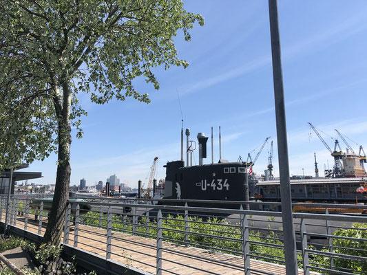 Am Elbufer in Höhe des St. Pauli Fischmarkts kann das noch funktionsfähige russische Unterseeboot U-434 besichtigt werden. Um das U-Boot und dessen technischen Details kennenzulernen, empfiehlt sich eine Führung.