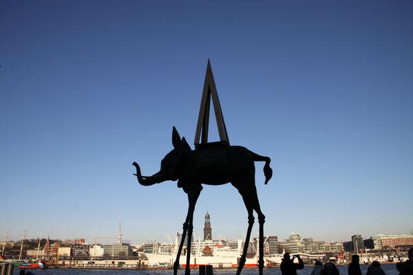 Skulptur vorm Stage Theater im Hafen Hamburg gegenüber den Landungsbrücken