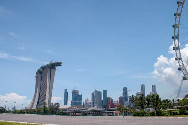 Marina Bay Sands - Hier noch Baustelle - Die drei 55-stöckigen Hoteltürme tragen auf 191 Meter Höhe einen 340 Meter langen Dachgarten mit einem 146 Meter langen Infinity Pool. Das Resort gilt als die teuerste alleinstehende Kasinoanlage der Welt.
