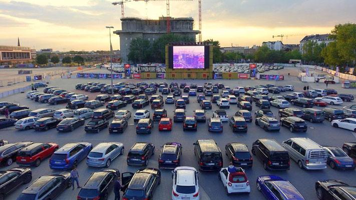 """Udo rockt Autokino - Ausverkauft - 500 Autos rollten am Sonnabend, 6.6.20, zur Premiere im Autokino """"Bewegte Zeiten"""" auf dem Heiligengeistfeld an. Wir waren natürlich auch dabei."""