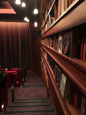ASTOR Film Lounge HafenCity - Mit Doorman, Garderobe, Begrüßungscocktail, verstellbare Leder-Liegesessel in den Kinosälen, Bedienung am Platz und Parkmöglichkeiten direkt im Gebäude