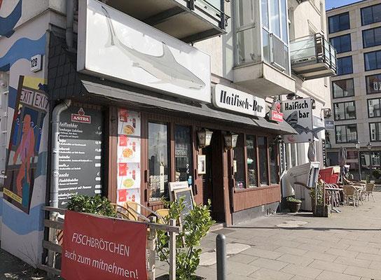 Die Haifischbar gehört zu den ältesten Seemannskneipen in Hamburg und befindet sich nur einen Steinwurf entfernt vom berühmten Fischmarkt.