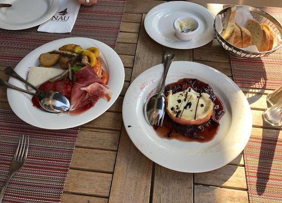 """Portugiesenviertel - Im Sommer werden Tische und Bänke nach draußen gestellt und das bunte Treiben auf den Straßen vermittelt mediterranes Urlaubsflair. Zu empfehlen vorweg der Tapas Vorspeisenteller und Frischer Ziegenkäse mit Honig im Restaurant """"NAU""""."""