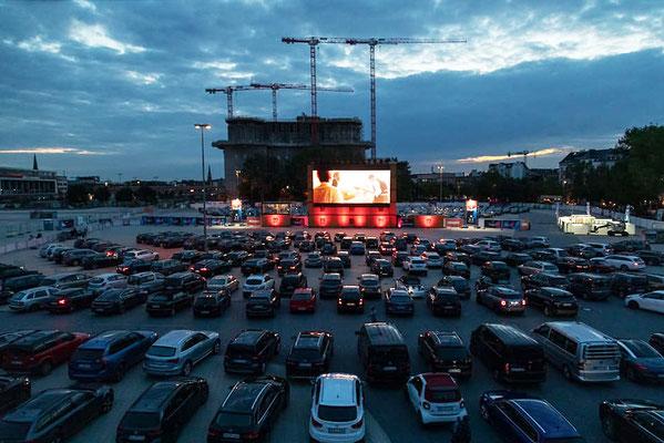 300 Fahrzeuge parkten vor Leinwand 1 zwischen Feldstraßenbunker und Glacischaussee Platz, 200 weitere passen vor Leinwand 2 gegenüber.