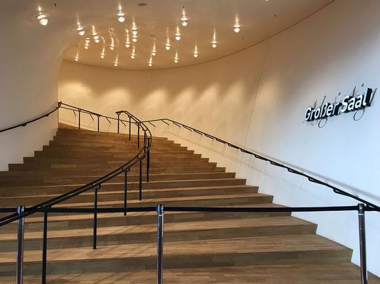Der große Saal in der Elbphilharmonie. Es gibt den großen Konzertsaal mit 2100 Sitzplätzen, einen Kleinen Saal mit 550 Plätzen sowie einen dritten Saal, das Kaistudio 1, mit 170 Sitzplätzen. Das Foyer um den großen Saal ist mit Eichenparkett ausgelegt.