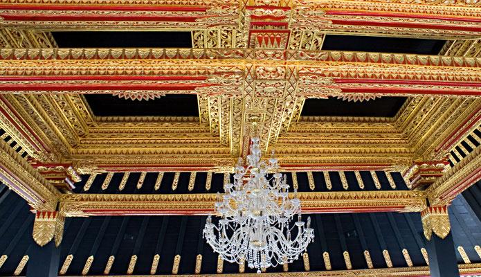 Wertvolle Intarsienarbeiten und Glasleuchter im Goldenen Pavillon