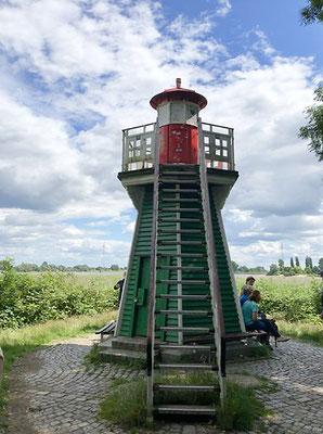 Bunthäuser Spitze - hier teilt sich die Elbe in Süderelbe und Norderelbe und bildet die Elbinsel Wilhelmsburg. 1914 wurde auf der Bunthäuser Spitze der kleine, ca. 6 Meter hohe, hölzerne Leuchtturm gebaut.