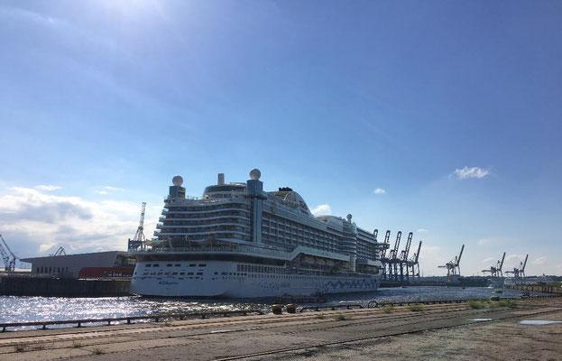 Cruise Center Steinwerder - das modernste Abfertigungsterminal des Kreuzfahrtstandortes Hamburg. Nach der Inbetriebnahme am 09.Juni 2015 können dort 8.000 Passagiere pro Anlauf in zwei getrennten Terminalgebäuden abgefertigt werden.