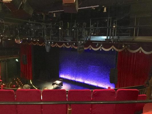Das Schmidt Theater auf der Hamburger Reeperbahn. Hier bekommt man super Comedy und ein mitreißendes Musiktheater mit einer ordentlichen Portion Kiezkultur geboten.