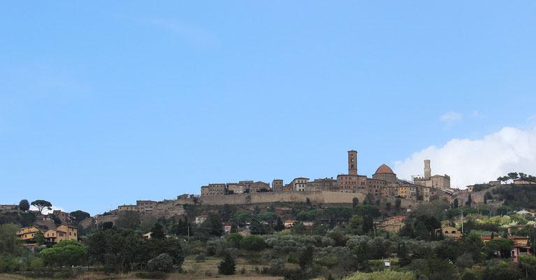 Volterra -  liegt etwa 50 Kilometer südlich von Pisa und 50 Kilometer vom Mittelmeer entfernt. Die Stadt gilt mit ihrem spektakulären landschaftlichen Umfeld als eine der schönsten in der Toskana.
