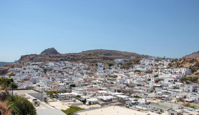 Lindos Stadt - mit ihren weißen Häusern, den kleinen süßen Gassen, vielen Restaurants mit atemberaubenden Blick auf die Akropolis und Shopping Möglichkeiten.  Auch die glasklaren Meeresbuchten sind einen Besuch wert.