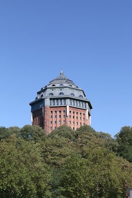 Der Schanzenturm im Hamburger Schanzenpark war einst der größte Wasserturm Europas. Heute befindet sich darin das Sterne-Hotel Mövenpick