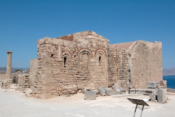 Die Ruinen der verschiedenen Bauwerke liegen auf mehreren Plateaus, die über Treppen miteinander verbunden sind.